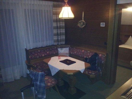Ferienanlage Hotel Garni Lärchenhof: Salotto con angolo cottura