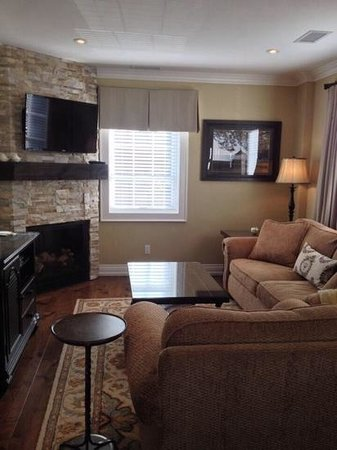 124 on Queen Hotel and Spa : beautiful living room with fireplace