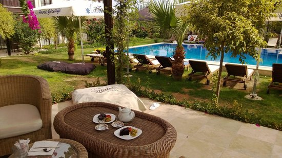 Imren Han Hotel & Mansions: Tea on the patio