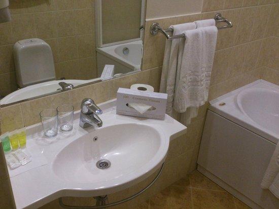 Congress Hotel: Bathroom