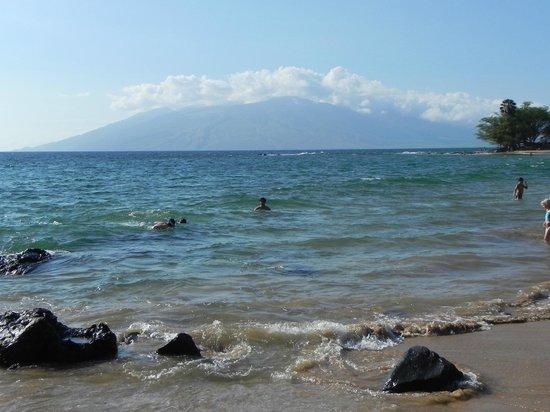 Wailea Beach: Swim, snorkel and mountain background