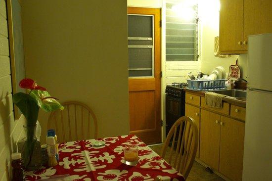 Dolphin Bay: 玄関横のキッチンとテーブル