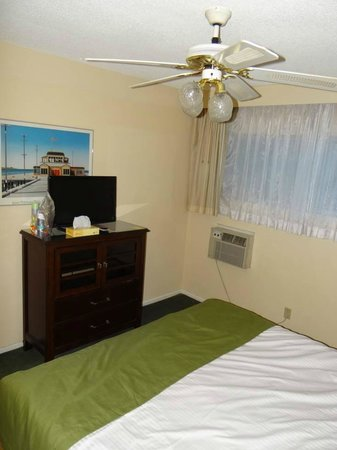 Hollywood Orchid Suites: Bedroom drawers with TV on top (Old aircon on wall)