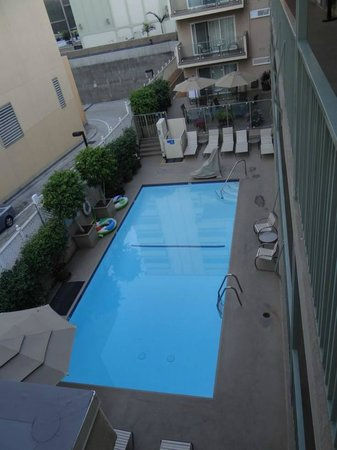 Hollywood Orchid Suites: The pool in the early morning (From 3rd floor)