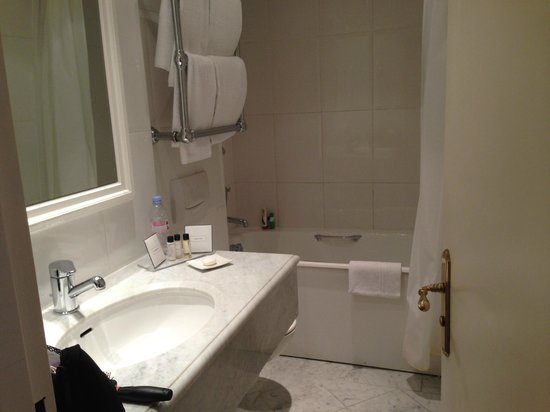 Hotel Le Vignon: A bit cramped but adequate.  Complete amenities