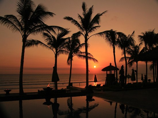 The Legian Bali: enjoy the sunset from the poolside
