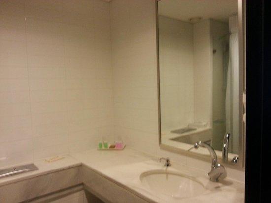 Ein Kerem Hotel: Bathroom