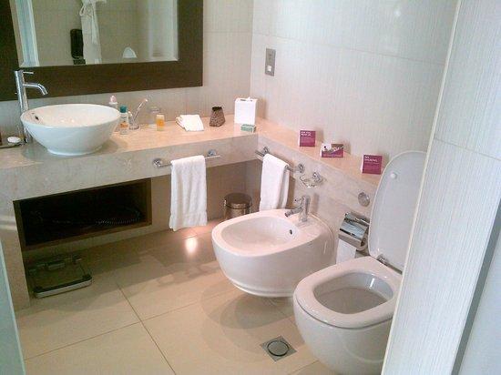 Crowne Plaza Abu Dhabi - Yas Island: Bathroom