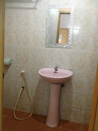 Zen Zeng Hotel : mirror & sink
