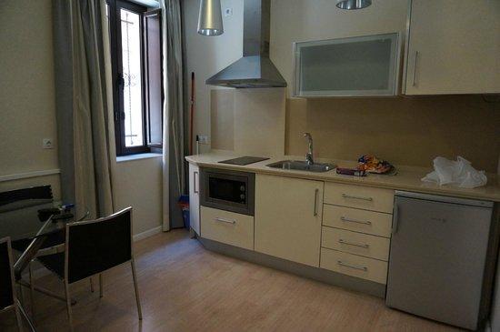 Apartamentos Metropolis Sevilla: Kitchen