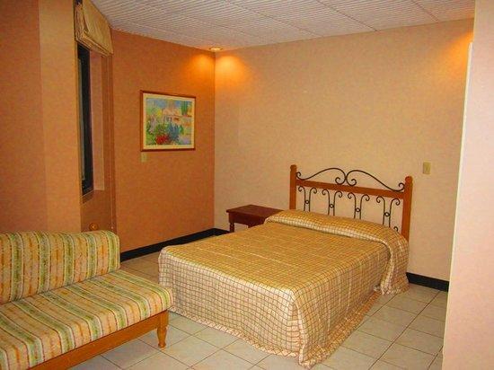 Crownpeak Gardens Hotel: Big room with settee
