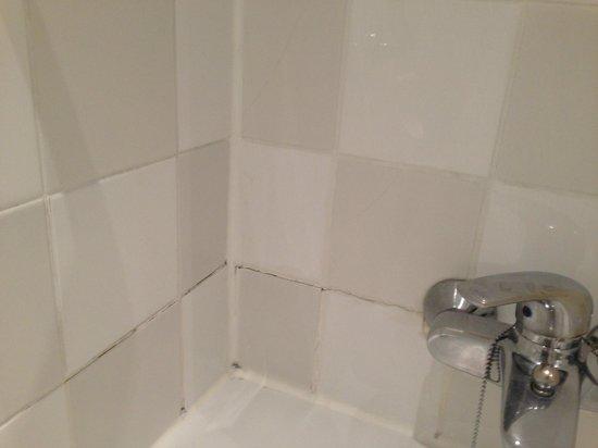 Holiday Inn London - Regent's Park: Tiles & Grouting in Poor State