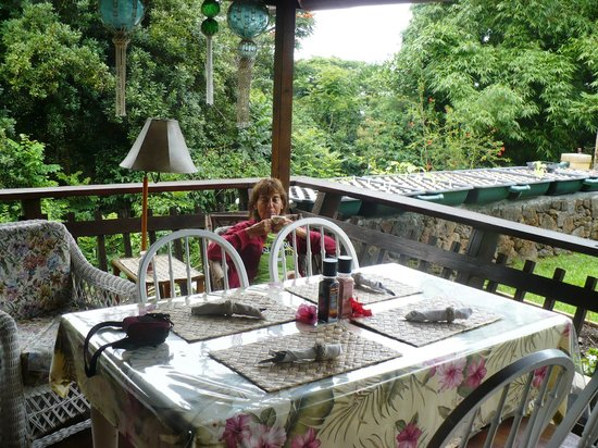 Hale Maluhia Country Inn : Veranda breakfast