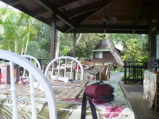 Hale Maluhia Country Inn: Veranda breakfast