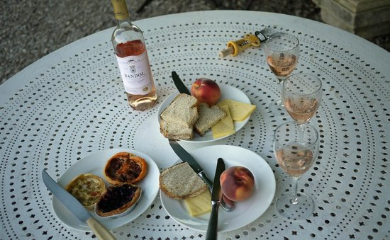 Chateau du Grand Jardin: Courtyard picnic