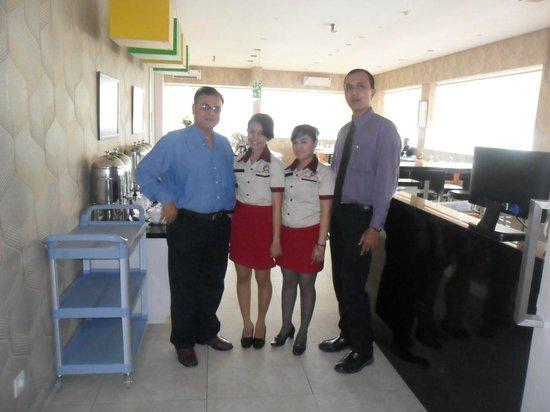 Dragon Inn Kemayoran : restaurant staff