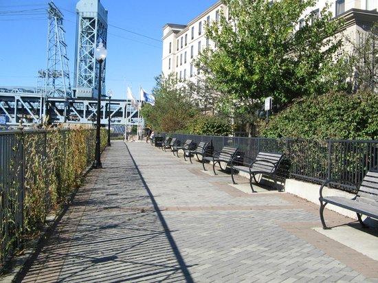 Hampton Inn & Suites Newark-Harrison-Riverwalk: Riverwalk behind the hotel