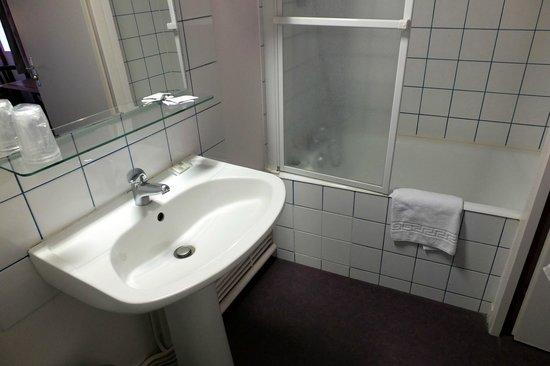 Hotel Restaurant la Place : la salle de bains