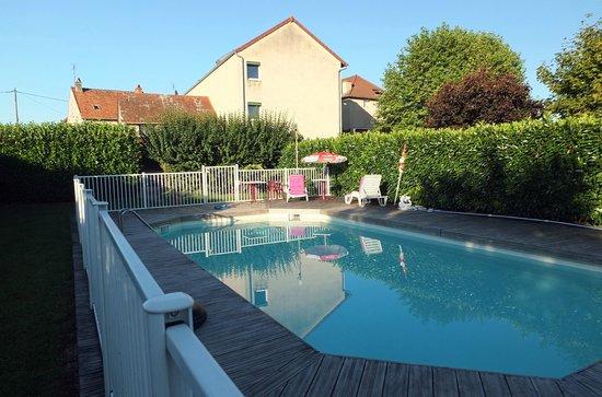 Hotel Restaurant la Place : la piscine et l'hôtel