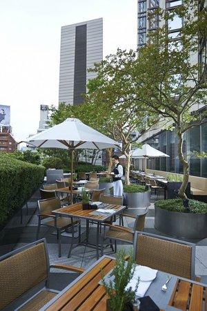 Grand Hyatt Tokyo: 風が心地よい、開放的な「フレンチ キッチン」のテラス