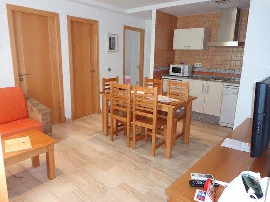 Hotel Apartamentos Loto Conil: Salón-cocina