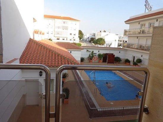 Hotel Apartamentos Loto Conil: Vistas desde la habitación a la piscina