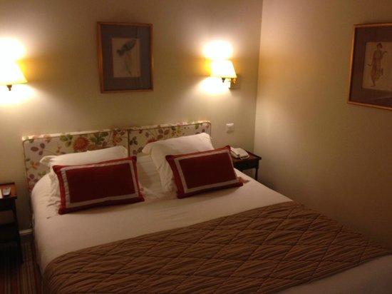Le Relais Montmartre: Le lit (chambre 101)