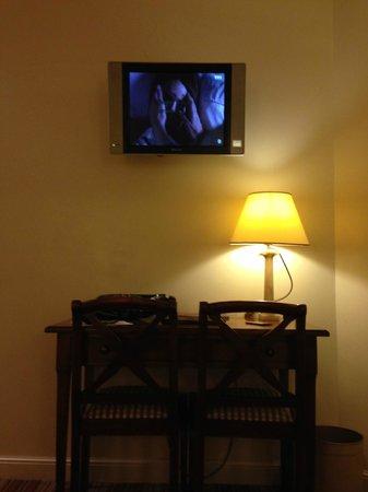 Le Relais Montmartre : L'écran TV minuscule (chambre 101)