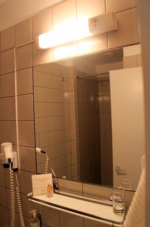 Skjoldenaesholm Hotel & Conference Center: Badeværelse fra en anden generation