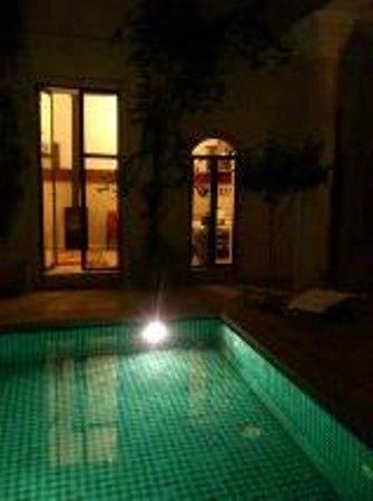Dar Justo: La piscina del Riad iluminada, en medio de un patio, comodisima