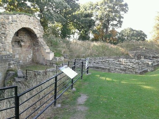 Pontefract Castle: Ruins looking towards old bakehouse