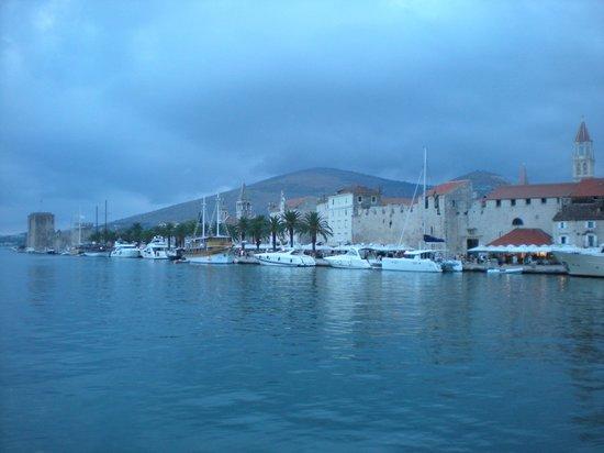 Weltkulturerbestätte Trogir: Trogir, dal mare...