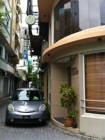 Hotel Octave : The street and the entrance to Octave