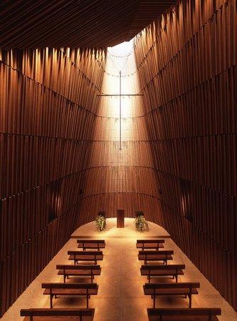 Grand Hyatt Tokyo: 自然光と杉の香りに包まれる、天井高16mの「グランド チャペル」