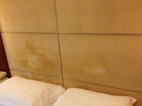 Pearl Garden Hotel: Stained headboard