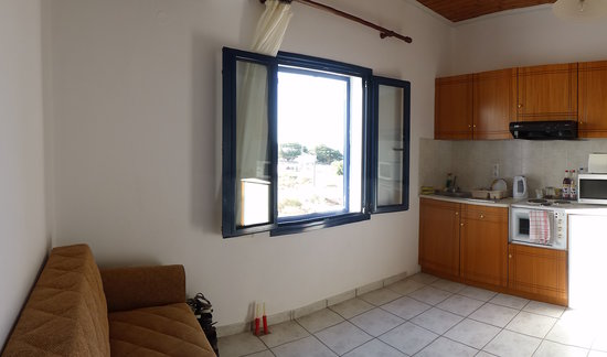 Flisvos Taverna: Apartment kitchen/living area