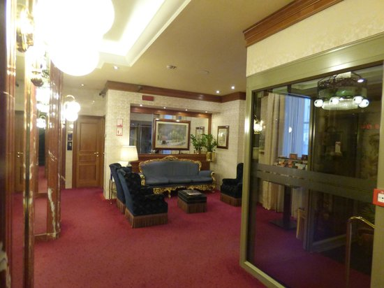 Hotel Berna: Foyer and Common Area