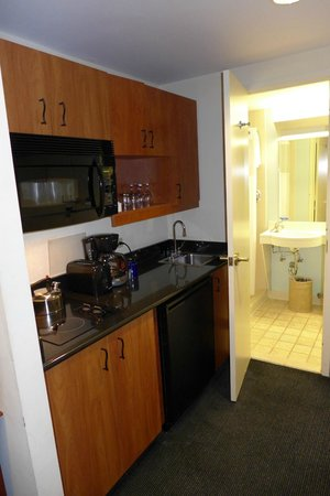 Club Quarters Hotel, Central Loop: Kitchenette & Bad