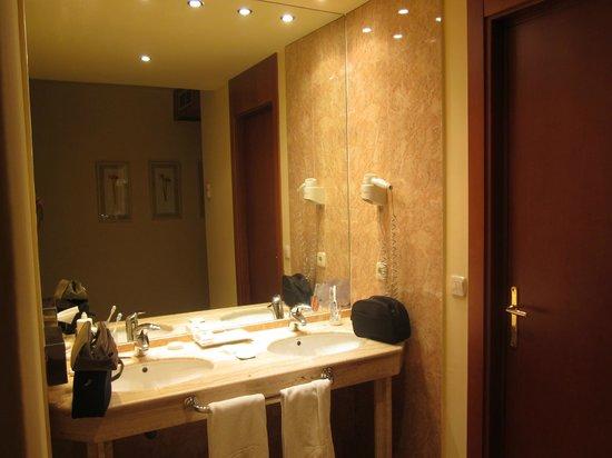 Vincci Ciudad de Salamanca : lavabos (fuera del baño)