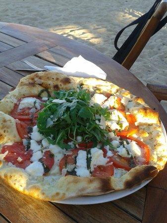 Les Pieds dans l'eau : Pizza mit Mozzarella und Rucola