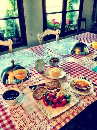 Riverside-Home-Cottage : Desayuno casero elaborado con productos del huerto