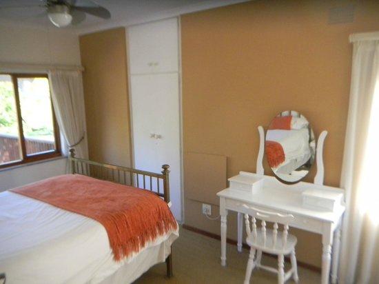 Rest-a-While Lodge: Zimmerbeispiel (Doppelzimmer mit Schminktischchen)