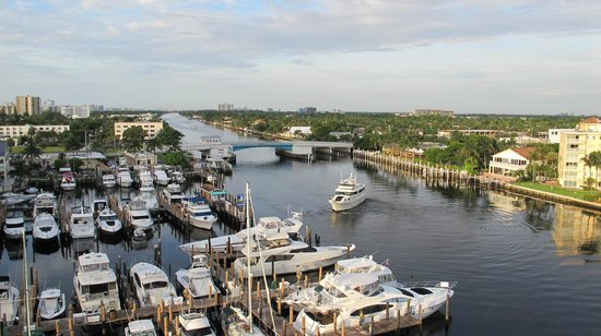 Sands Harbor Hotel and Marina Pompano Beach: The balcony is wonderful with view of ICW and ocean!