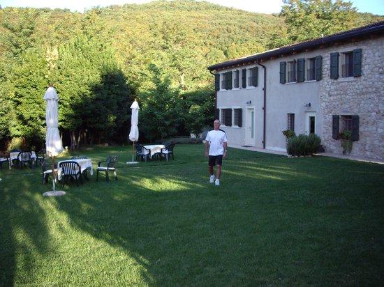 Agriturismo Delo Relais: Villa Delo and gardens