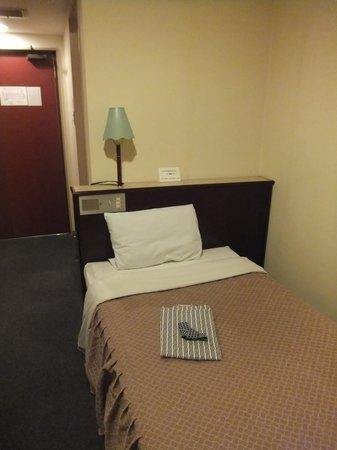 Esaka Cantral Hotel: ベッドと浴衣
