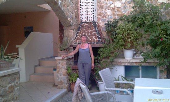 Atalos Suites: Красиво, много зелени и цветов в отеле.