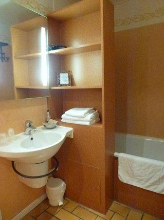 Hôtel Monet : Salle de bain - baignoire