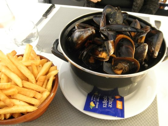Les Capitelles: HUGE portion of moules frites. The photo doesn't do it justice.
