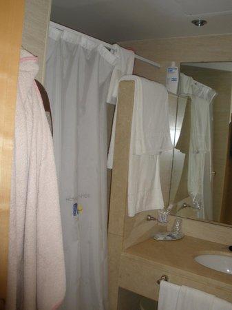 Hotel Neptuno: Parte de la ducha del baño