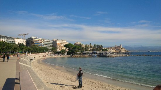 Royal Antibes Hotel, Residence, Beach & Spa: Beach Club in the centre, Hotel - far left